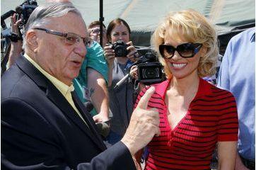 Sa visite dans une prison d'Arizona crée la polémique