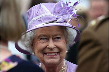 Elizabeth très souriante pour ses invités à Holyroodhouse