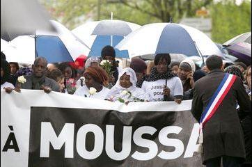 Marche digne et silencieuse en mémoire à Moussa