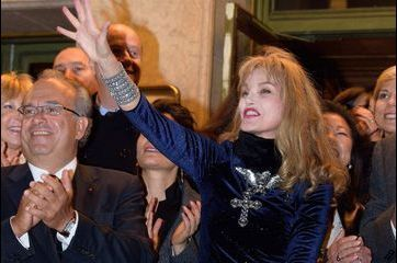 Arielle Dombasle, Lady chic pour illuminer Paris