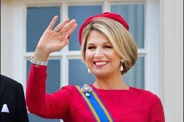 """Maxima, rayonnante de rouge pour le """"jour du prince"""""""