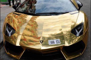 """Une Lamborghini en """"or"""" dans les rues de Paris"""