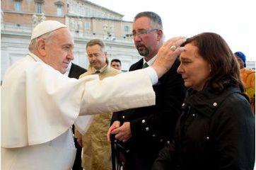Le pape bénit deux proches de victimes de Daech