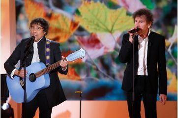Alain Souchon et Laurent Voulzy invitent Johnny
