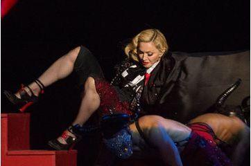 Madonna chute sur la scène des Brit Awards