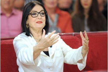 Nana Mouskouri sur le canapé rouge de Michel Drucker