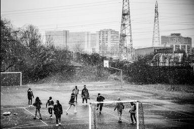 Sarcelles, des filles et un ballon : la banlieue autrement