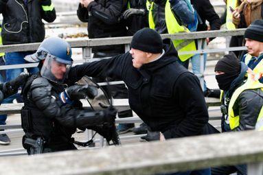Gilets Jaunes et Forces de l'Ordre – Violence Moderne et Lutte totale