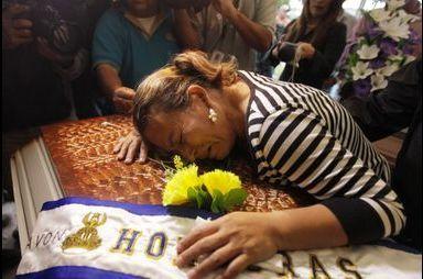 Des funérailles dans les larmes