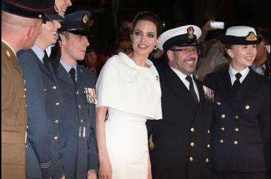 """Angelina Jolie s'entoure de la British Army pour """"Invicible"""""""
