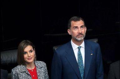 Letizia en look parlementaire de Paris à Mexico