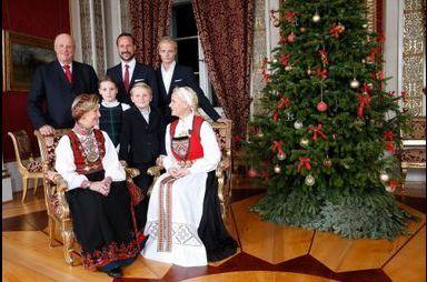 Mette-Marit et Sonja en famille et en bunad