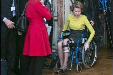 La reine Mathilde en fauteuil roulant
