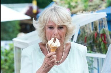 Camilla succombe à la gourmandise