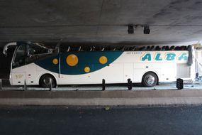 Le toit d'un bus arraché dans un tunnel