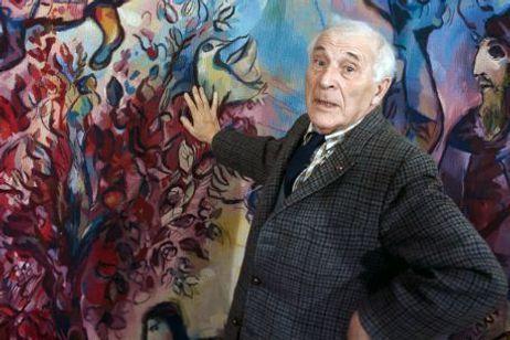 """Marc Chagall posant devant sa tapisserie """"L'entrée à Jérusalem"""""""