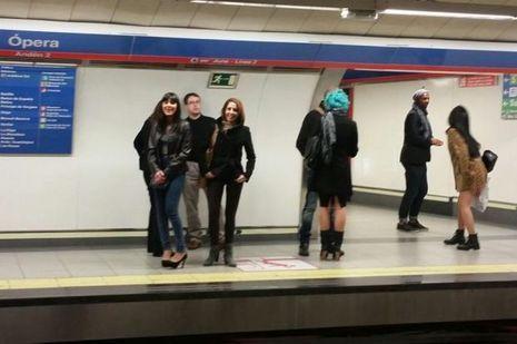 Jeunes dans metro, rire malgré tout