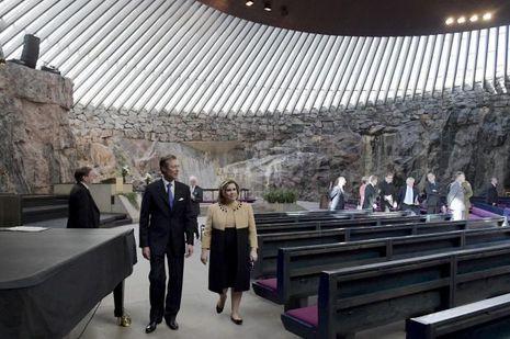 La grande-duchesse Maria Teresa et le grand-duc Henri de Luxembourg dans l'église de Temppeliaukio à Helsinki, le 11 mai 2016