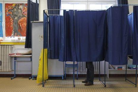 10.06 L'isoloir d'un bureau de vote à Nantes pour les législatives. 930620-