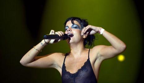 2-photos-people-musique-Lily Allen face en live--