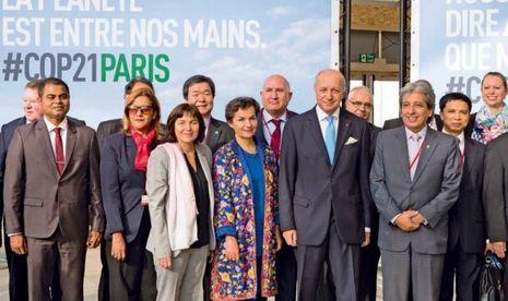 Le 8 novembre : le ministre français des Affaires étrangères et président de la Cop21, Laurent Fabius (cravate bleue), fait visiter le site du Bourget aux ministres étrangers conviés à la « pré-Cop ».