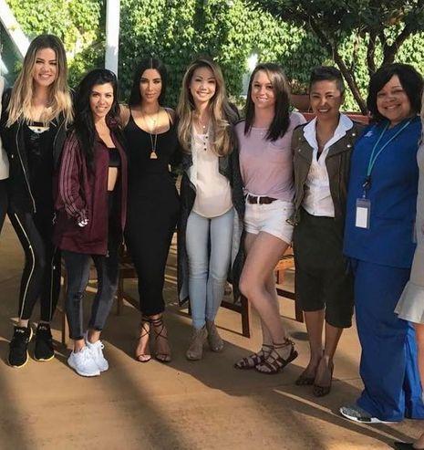 A gauche les trois soeurs Kardashian posent avec le personnel d'un centre de planning familial de Los Angeles.
