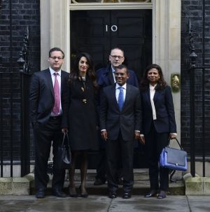 A la sortie du 10 Downing Street à Londres : Amal Clooney, le 23 janvier 2016, avec son client Mohamed Nasheed (au premier plan).