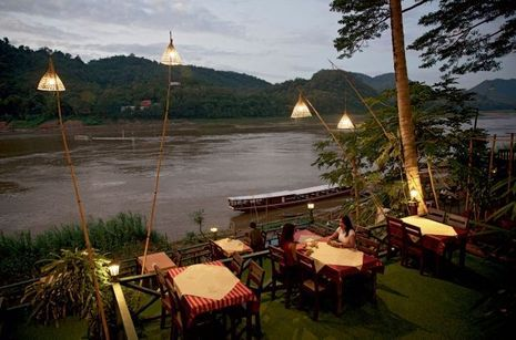 A Luang Prabang, la rive est constellée de petits restaurants à ciel ouvert où l'on vient regarder le soleil se coucher