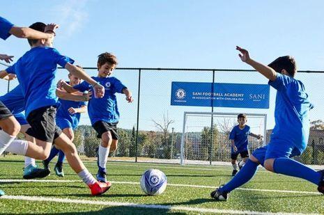 Les footballeurs en herbe portent le maillot du Chelsea FC.