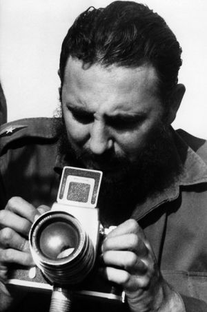 Fidel Castro prend une photo.