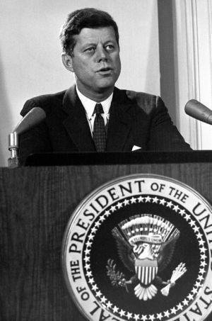 Le président Kennedy prend la parole le 3 novembre 1962.