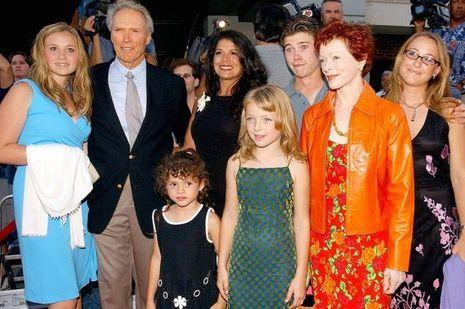 Clint Eastwood entouré de ses enfants et de son ex-compagne, l'actrice Frances Fisher, le 6 août 2002 à Los Angeles