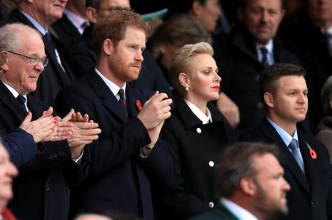 Le prince Harry avec la princesse Charlène de Monaco et son frère Gareth Wittstock au Twickenham Stadium à Londres, le 12 novembre 2016