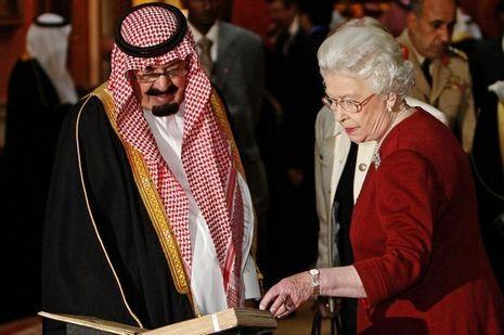 Le roi Abdallah d'Arabie saoudite et la reine Elizabeth II d'Angleterre en octobre 2007.