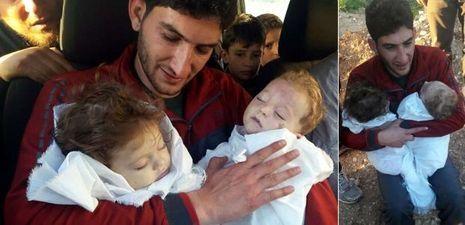 Abdel Hamid Alyousef tenant dans ses bras ses jumeaux, Aya et Ahmed.