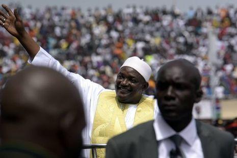 A Banjul capitale de la Gambie, le président Adama Barrow salue la foule le jour de son investiture le 18 février 2017