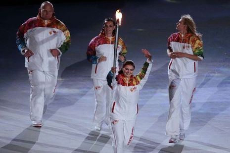 Entourée de Alexandr Karelin, Yelena Isinbaeva et Maria Sharapova, Alina Kabaeva a porté la torche olympique lors de la cérémonie d'ouverture des Jeux de Sotchi.