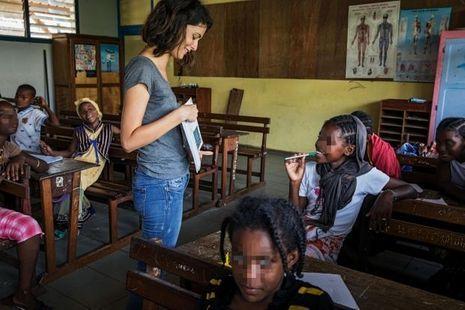 Angélique, de l'association Le village d'Eva, à Mayotte, donne des cours aux enfants comoriens déscolarisés
