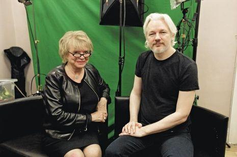 Troisième visite d'Eva Joly à l'ambassade d'Equateur. Elle a connu Assange en2010, en Islande, avant la publication des documents confidentiels.
