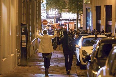 Pour emprunter la rue de Bassano, les passants doivent marcher les mains en l'air.