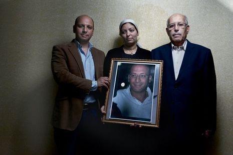Au Caire le 22 mai, dignité et amour pour les proches d'Ahmed (de g. à dr.) : son frère Hazem, sa femme, Eman, et son père, Mohammed