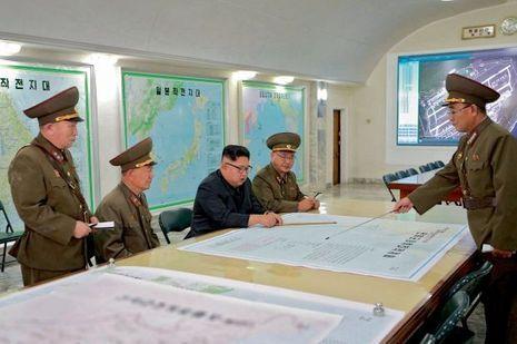 Au centre de commandement stratégique, Kim Jong-un