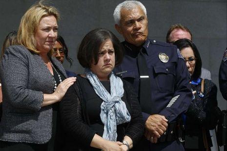 Au milieu, la mère du petit garçon devant les journalistes.
