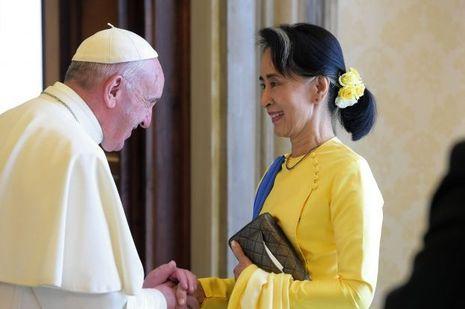 Aung San Suu Kyi cherche le soutien international. Ici début mai: au Vatican avec le pape François.