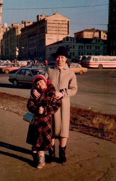 Avec sa mère avant de partir au Vietnam à 9 ans.