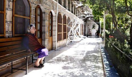 Une pensionnaire de la maison de retraite où vivent sept chrétiens, au coeur du vieil Alep bombardé par le gouvernement.