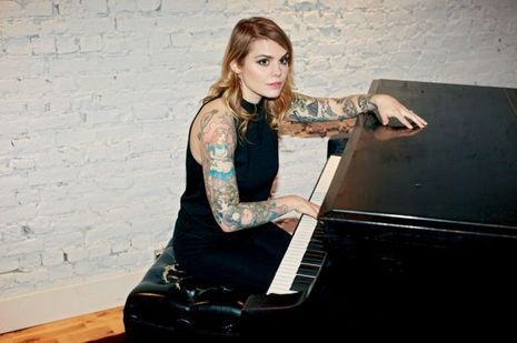 Béatrice coeur de pirate chez elle, au piano
