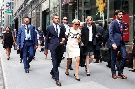 Brigitte Macron à New York le 19 septembre, avec Pierre-Olivier Costa (gauche) directeur de cabinet et Tristan Bromet, chef de cabinet .