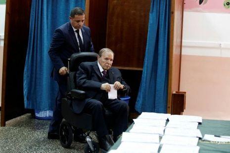 Le Président Abdelaziz Bouteflika vote pour les élections législatives le 4 mai 2017 à Alger.