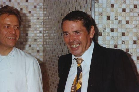 """Jacques Brel s'offre le """"meilleur repas de (sa) vie"""" chez le chef Frédy Girardet (à gauche), à Crissier, près de Lausanne, en novembre 1977, onze mois avant sa mort."""